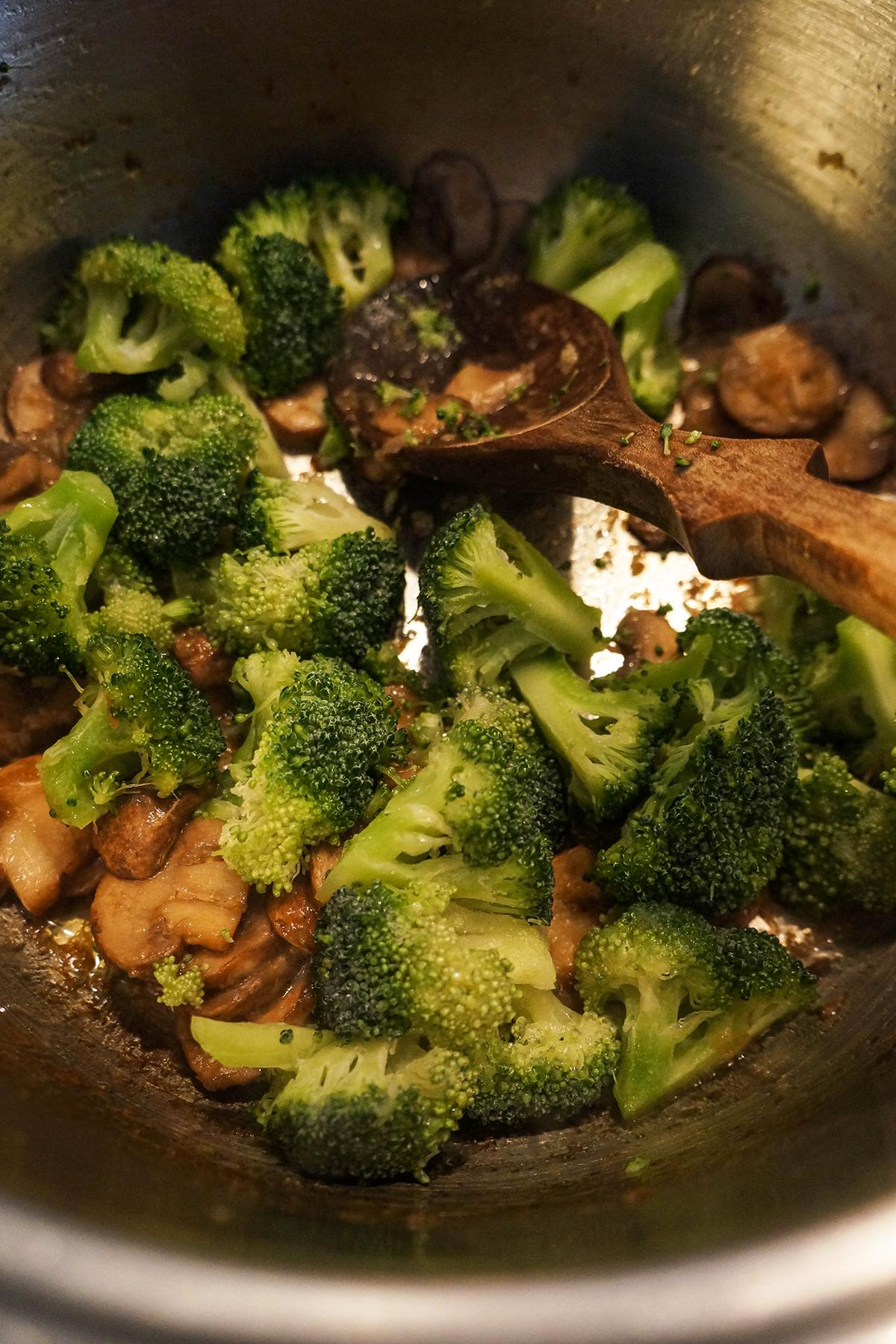 Kuskus juha z zelenjavo in metino pasto