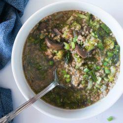 Topla kuskus juha s šparglji, brokolijem in gobami