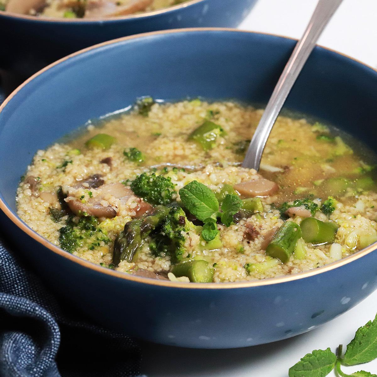 Kuskus juha s šparglji, brokolijem in gobami