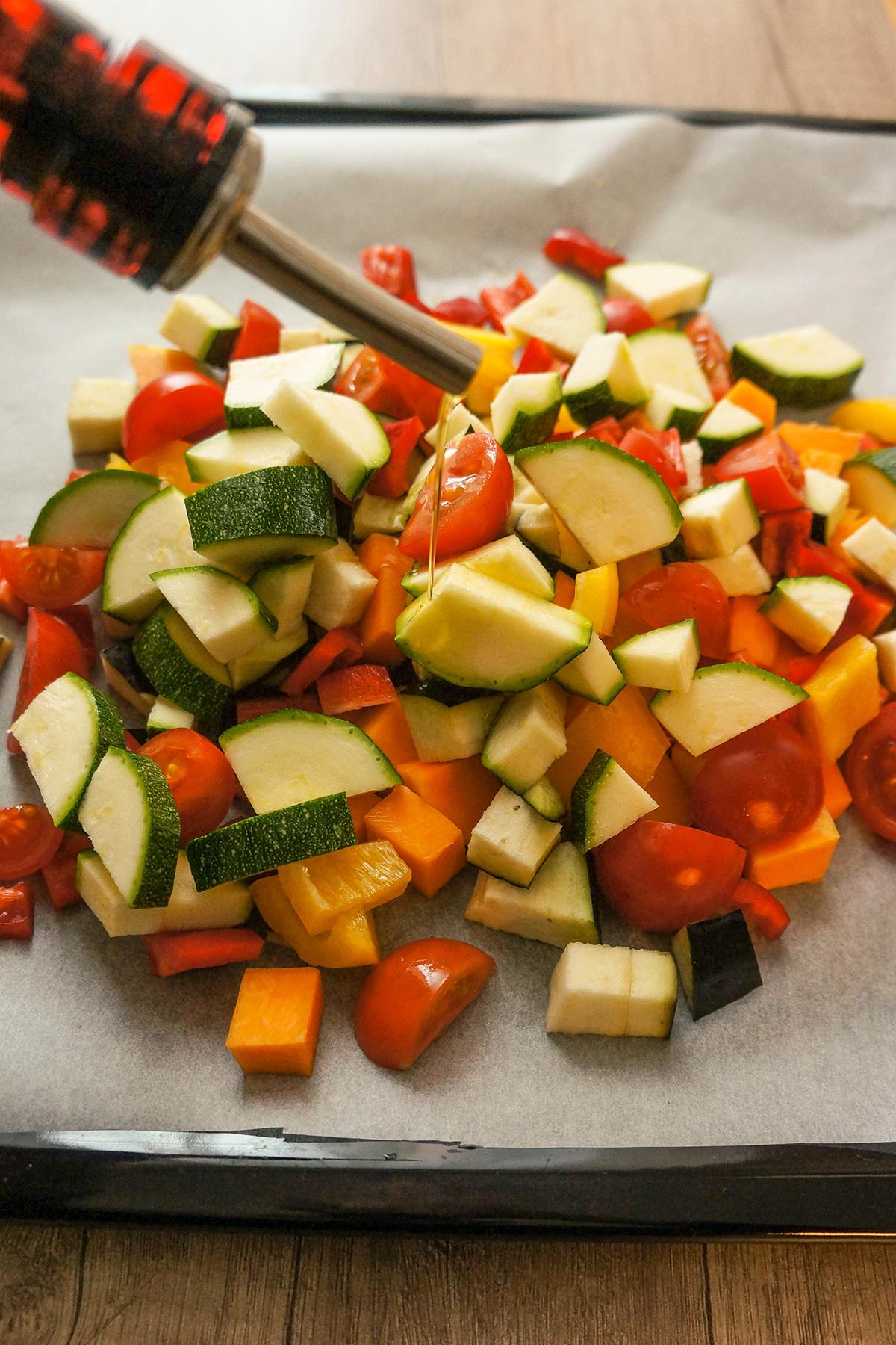 Topla kuskus solata s pečeno zelenjavo, špinačo in bučnimi semeni
