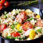 Pisana kuskus solata s češnjevci, šparglji in gorčičnim prelivom