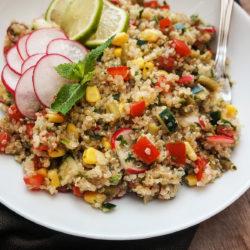 Solata iz kvinoje in zelenjave z limetino-oljčnim prelivom