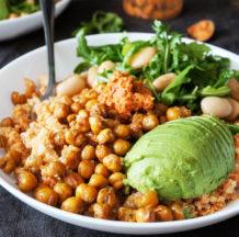 Kvinojin krožnik s pečeno čičeriko in paradižnikovim prelivom