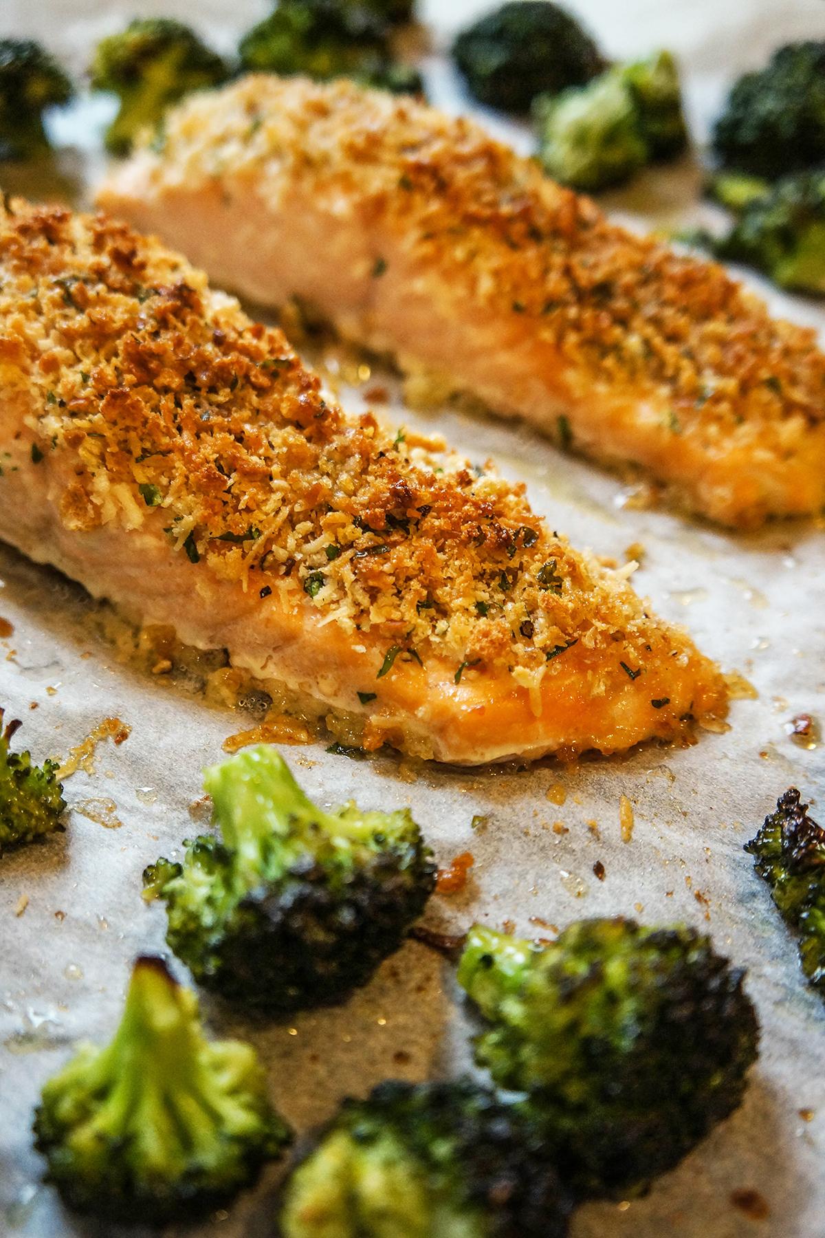 Losos s parmezanovim pokrovom in pečenim brokolijem