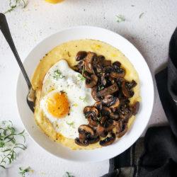 Mascarpone polenta s pečenimi gobicami in jajcem