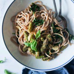 Božanski masleni špageti s česnom in šparglji