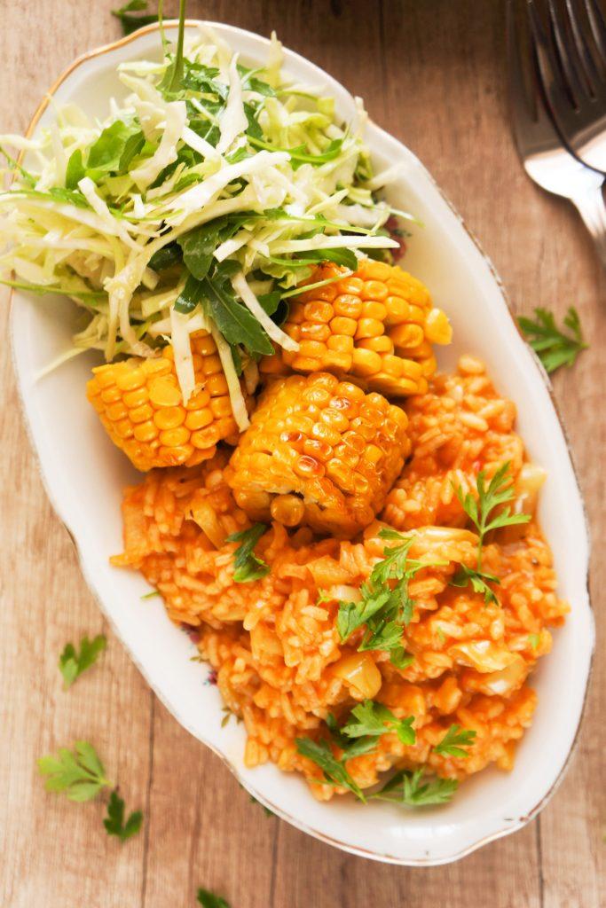 Mehiški rdeči riž s pečeno koruzo in zeljno solato