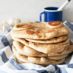 Domači česnov indijski kruh naan