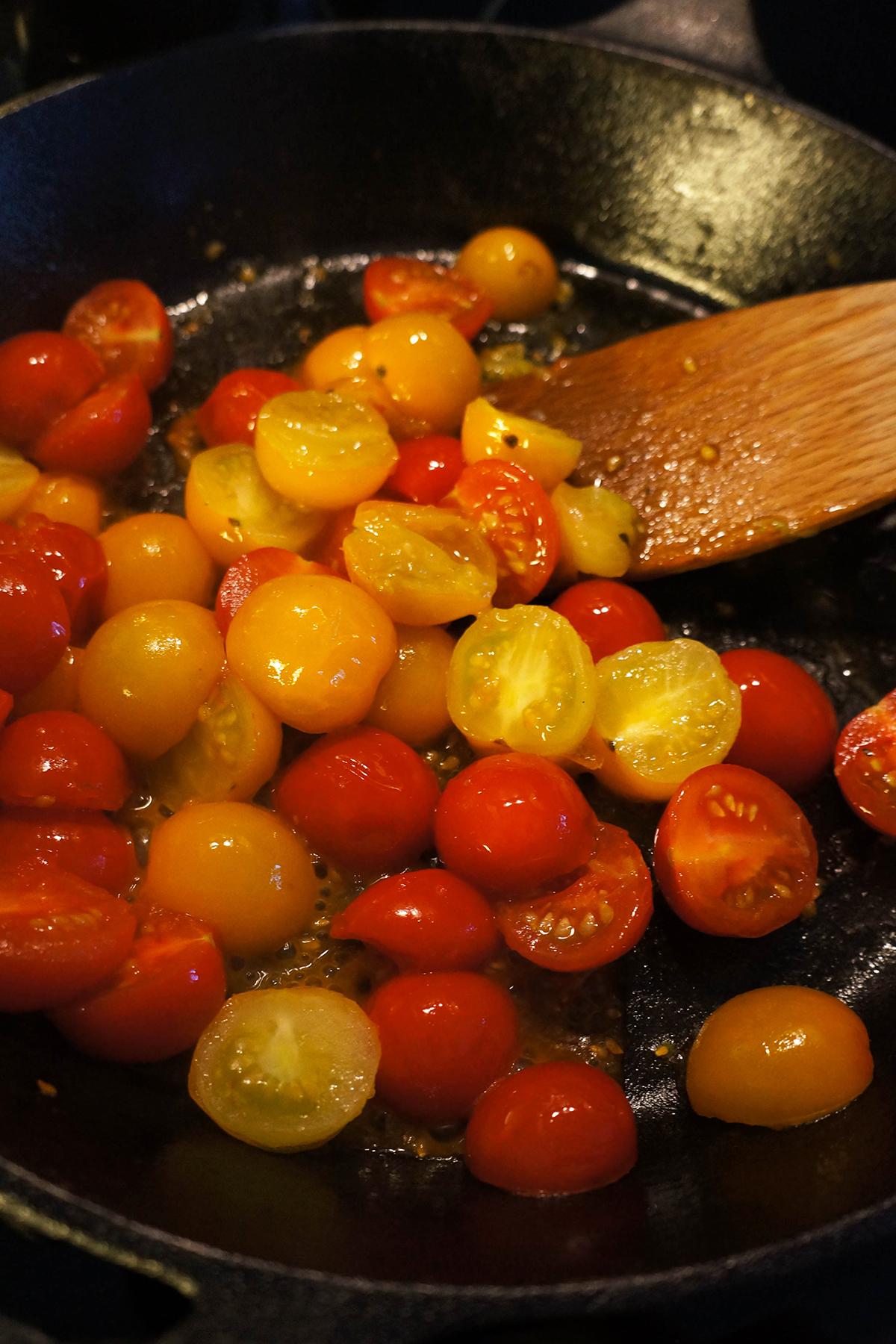 Njoki z bučko in češnjevimi paradižniki