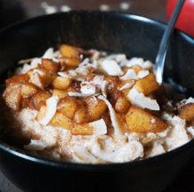 Ovsena kaša s karameliziranimi jabolki in cimetom