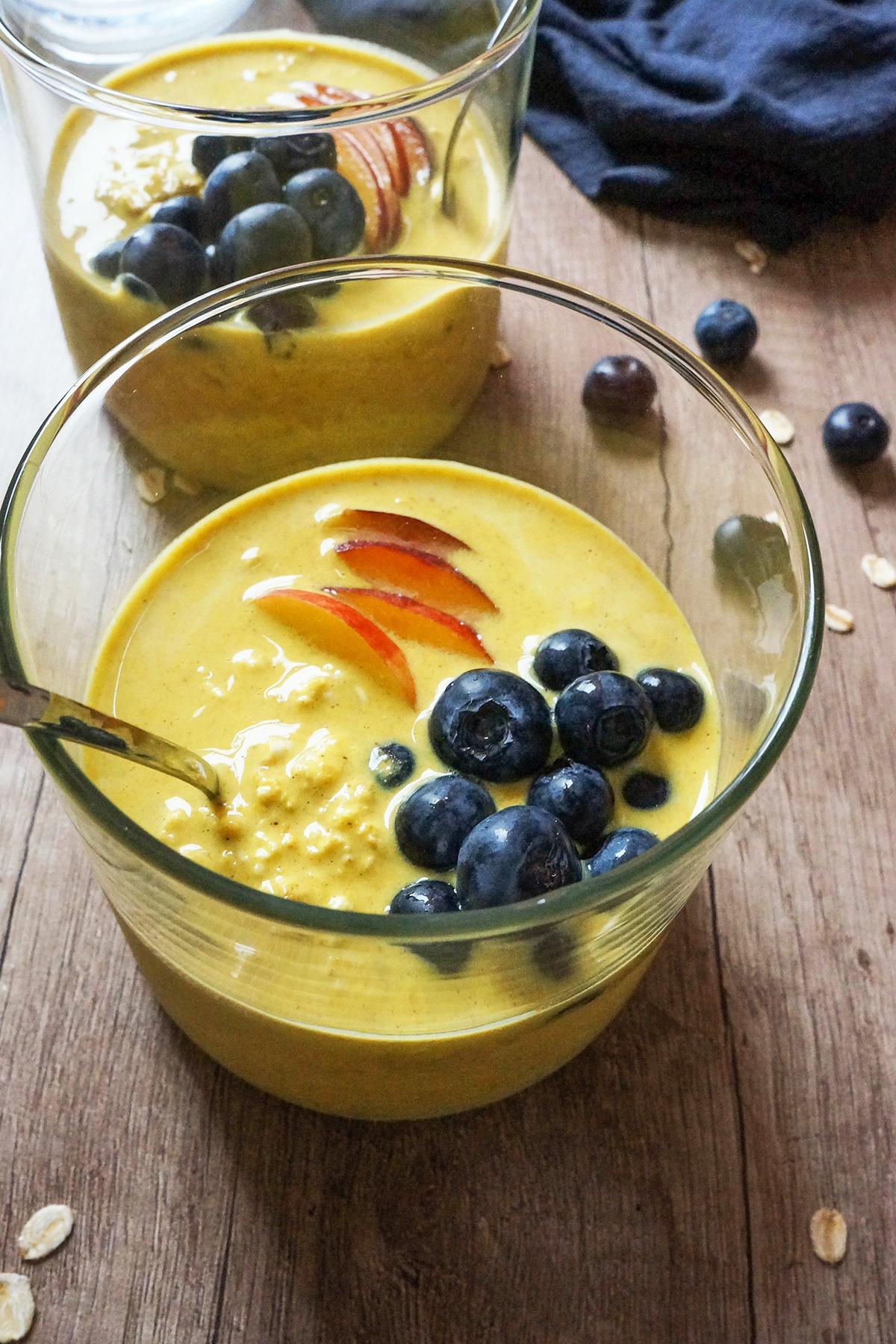 Ovseni kosmiči z zlatim mlekom in sadjem