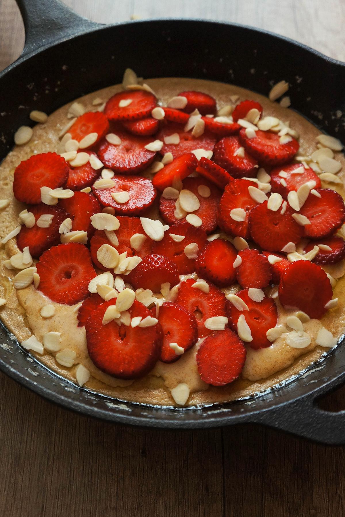 Palačinka iz pečice z jagodami in borovnicami
