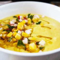 Rumena paradižnikovo-koruzna gaspačo juha