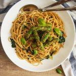 Masleni špageti s česnom in šparglji