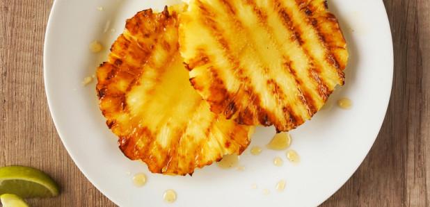 Pečen ananas z medeno omako