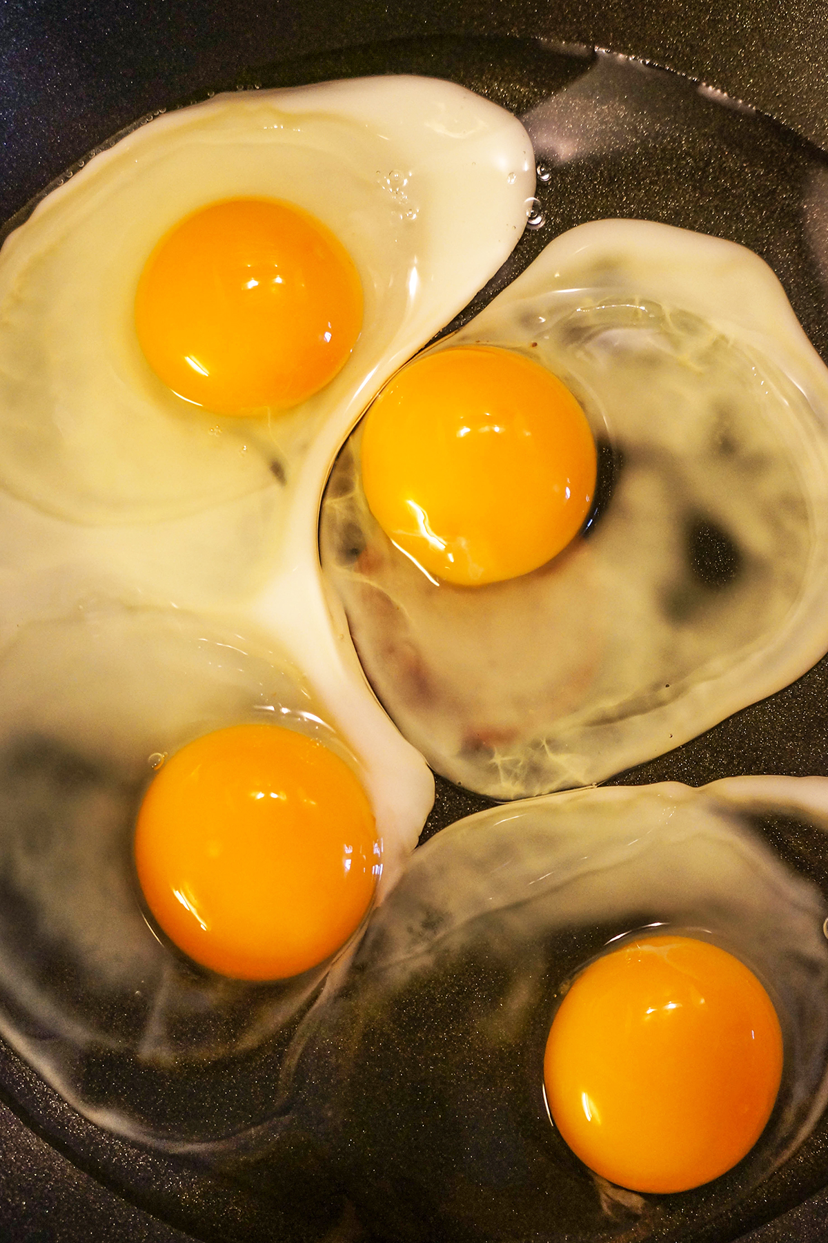 Pečena jajca z ohrovtom, gobami in paradižniki