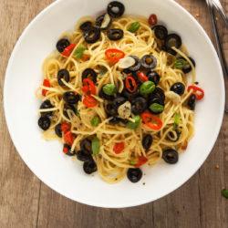 Pekoči špageti s česnom in olivami