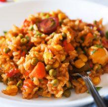 Enostaven  pisan riž s korenjem, grahom in koruzo