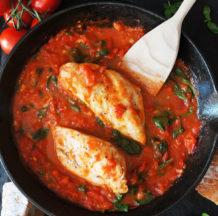 Piščanec v paradižnikovi omaki s špinačo