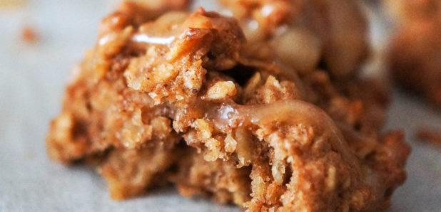 Jabolčno-ovseni piškoti z arašidovo glazuro