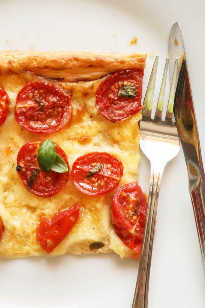 Pita s siri in češnjevimi paradižniki
