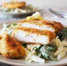 Sočen piščančji zrezek z zeljno solato