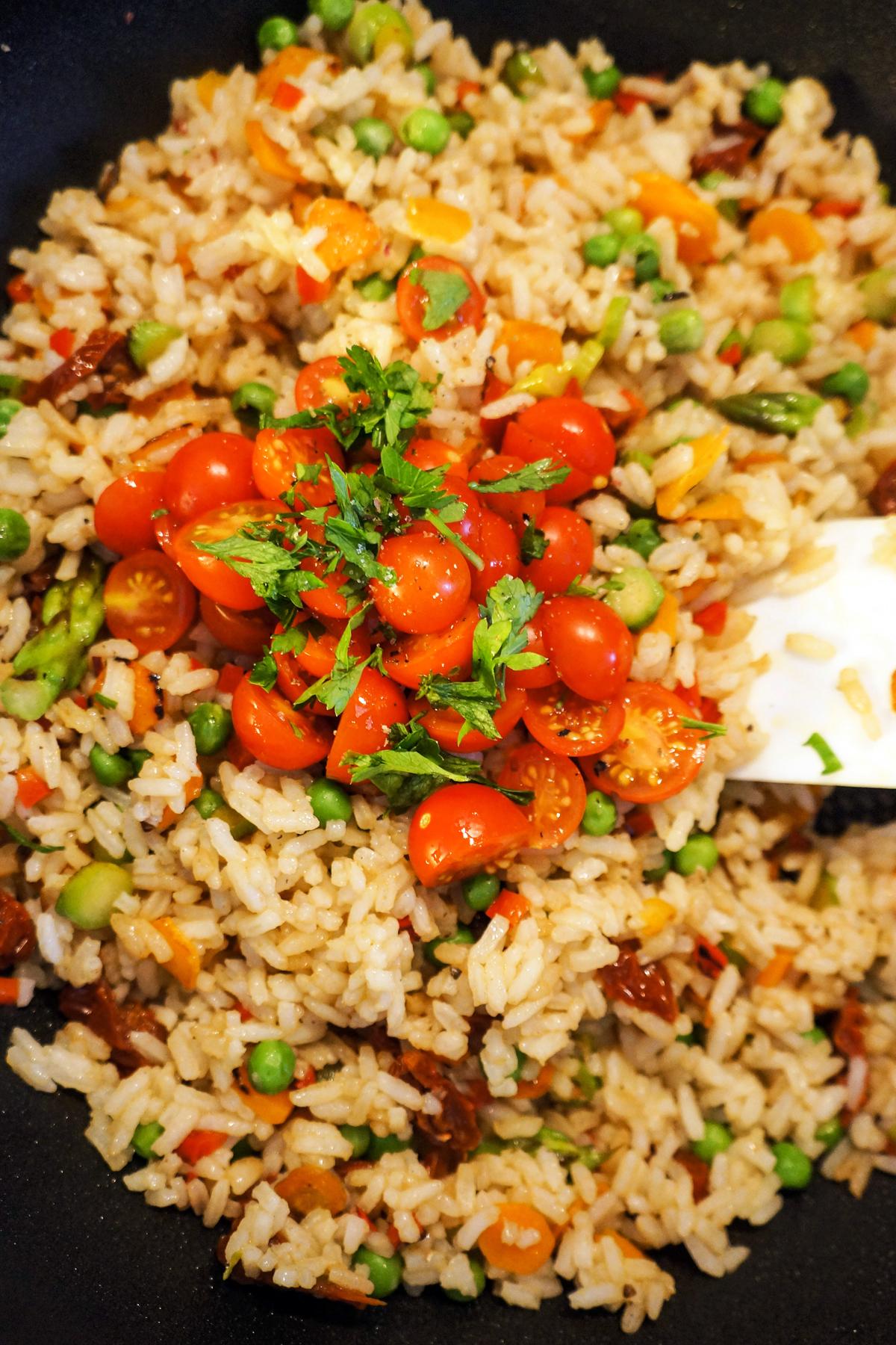 Pražen riž s paradižniki