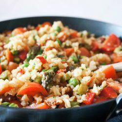 Pisan in zelenjave poln pražen riž s paradižniki