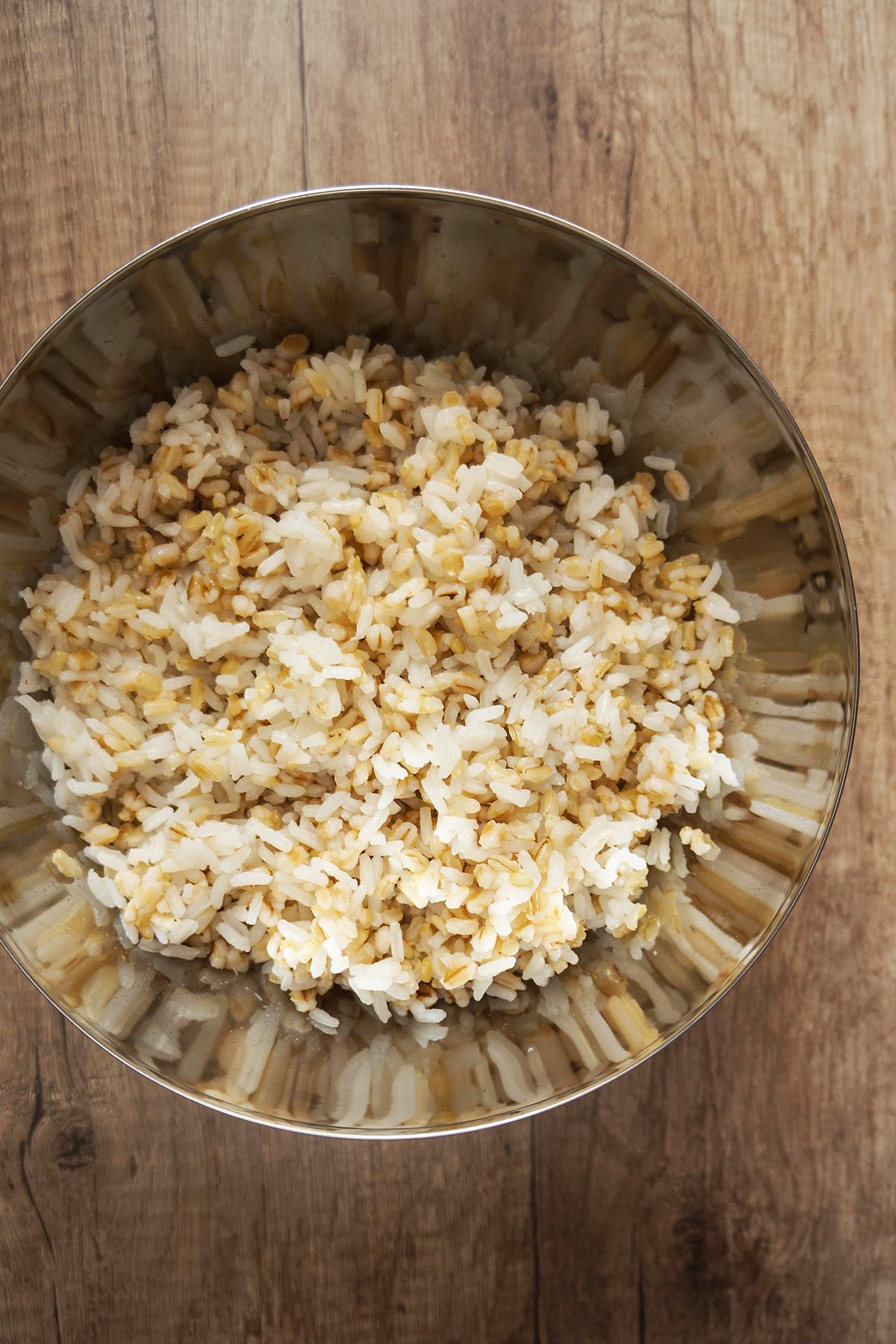 Pražen zelenjavni riž treh žit