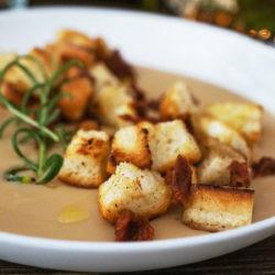 Svilnata fižolova juha z zlatimi krutoni