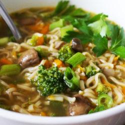Zelenjavni ramen: Juha z azijskim pridihom in špagetki