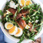 Regratova solata z jajci, pršutom in balzamičnim prelivom