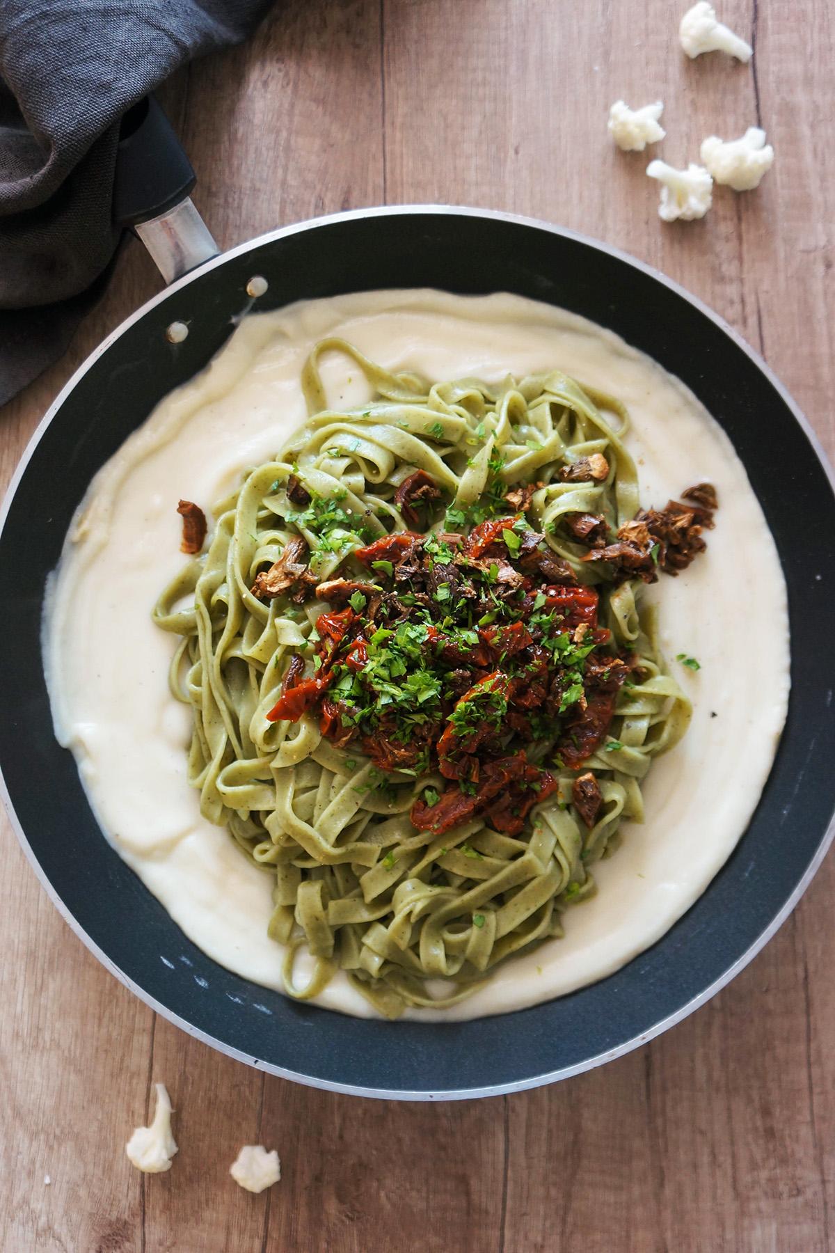 Špinačni rezanci s cvetačno omako, gobami in sušenimi paradižniki