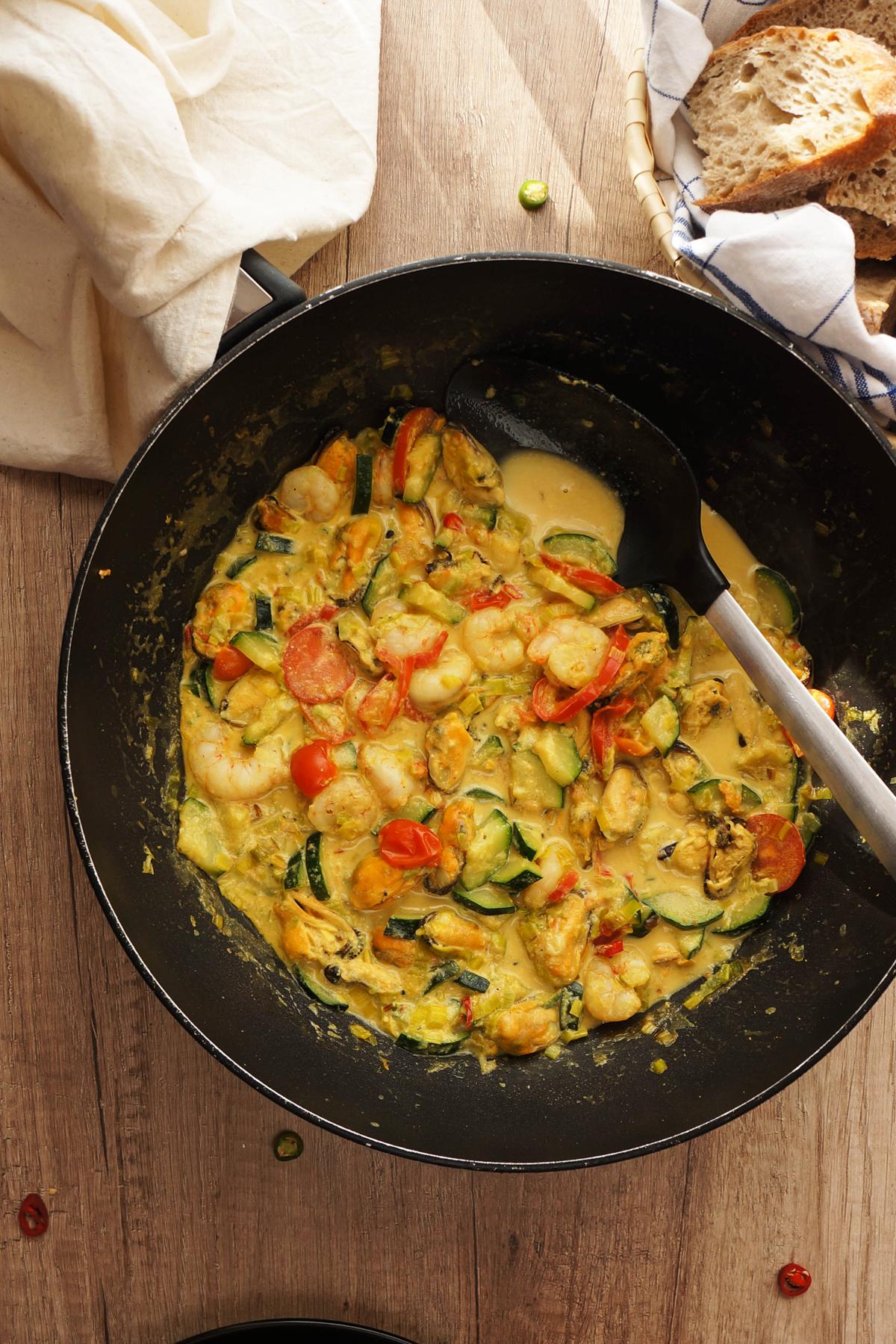 Curry z gamberi in školjkami