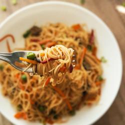 Riževi špageti z zelenjavo in sojino omako