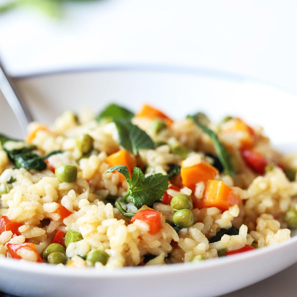 Pisana rižota s korenčkom, papriko, grahom in meto
