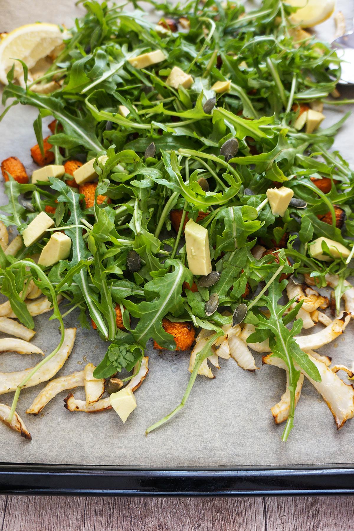 Rukola s pečenim korenjem, koromačem in avokadom