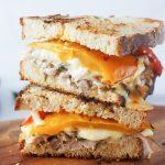 Pisan pečenkin sendvič s sirom in pečeno papriko