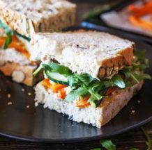 Polnozrnati sendviči z zelenjavo in namazom iz sončničnih semen