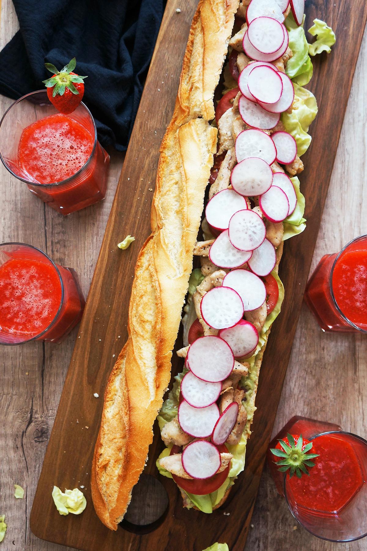 Mega družinski piščančji sendvič z jagodnim smutijem