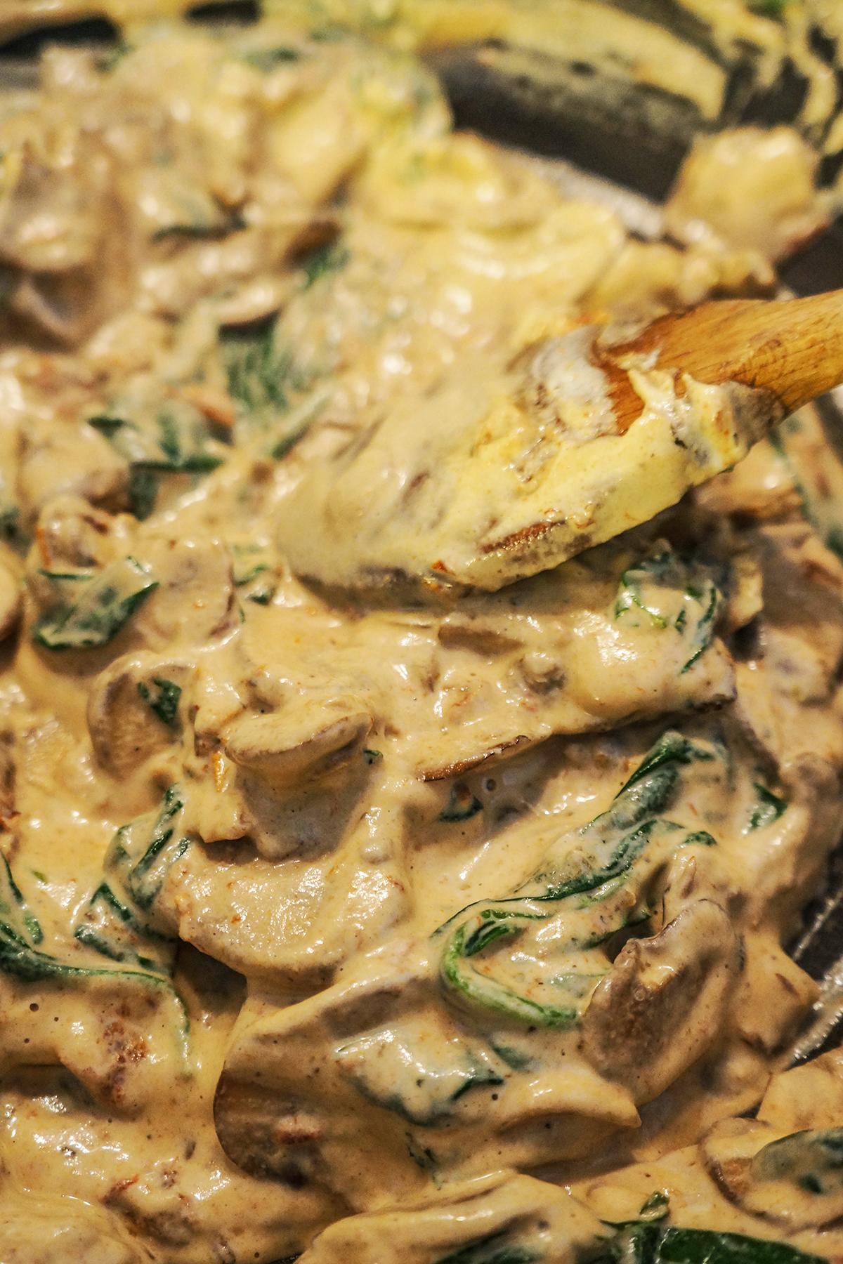 Makarončki z gobami, sušenimi paradižniki, špinačo in smetano iz indijskih oreščkov