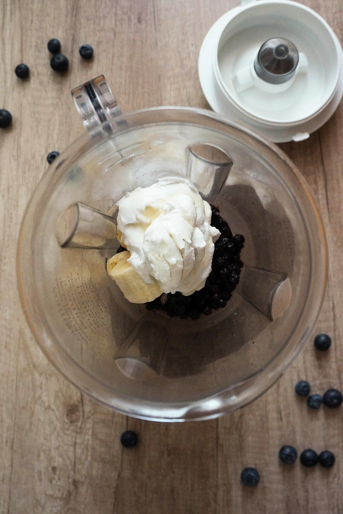 Borovničevo-bananin smuti v skodelici s kokosom in pistacijami