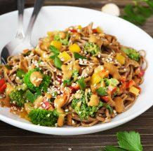 Solata z ajdovimi špageti, brokolijem, papriko in arašidovim prelivom