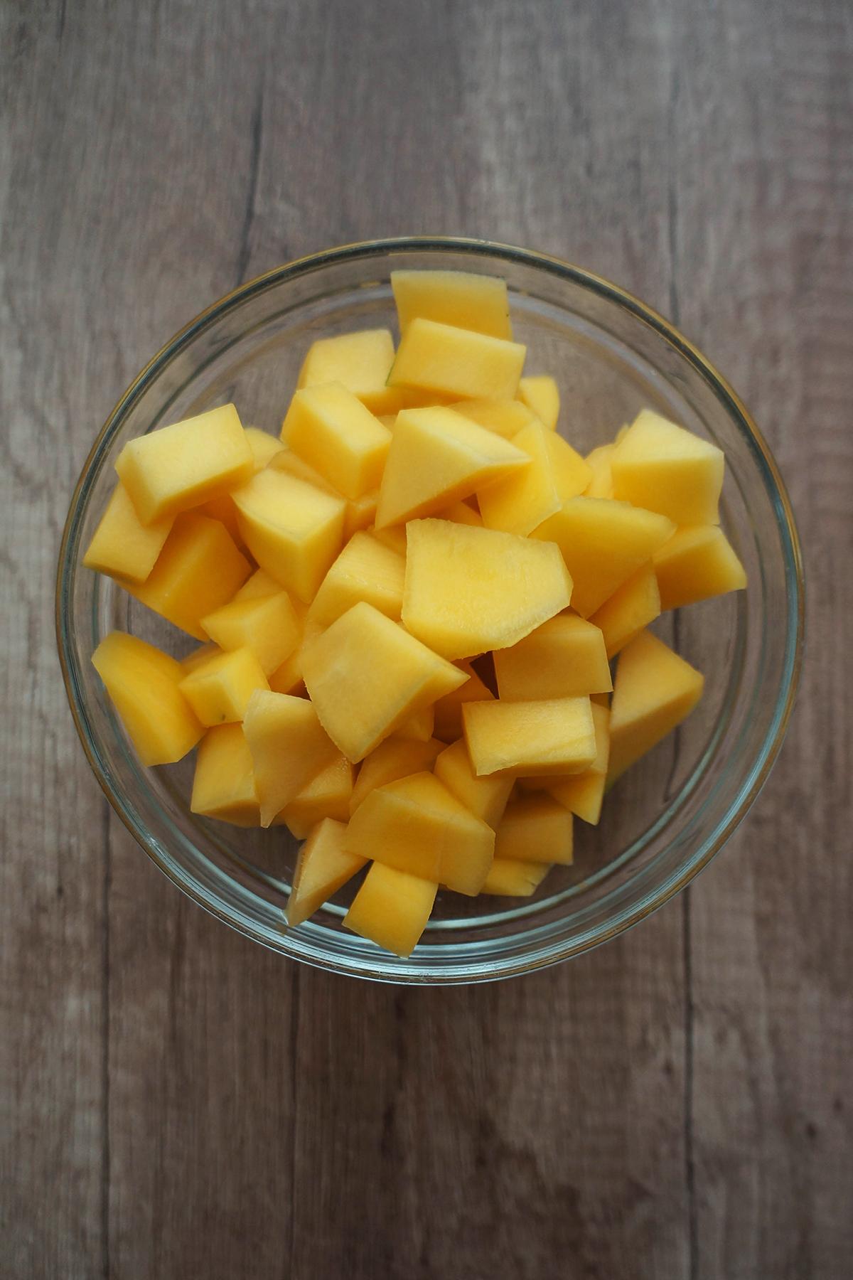 Solata z ajdovo kašo, mangom, orehi in pomarančnim prelivom