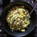Hrustljava solata z brstičnim ohrovtom in pršutom s prelivom iz agrumov