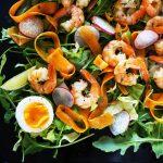 Lahka solata s česnovimi gamberi, korenčkovimi rezanci in jajcem