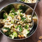 Solata iz makarončkov, brokolija in arašidovega preliva