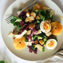 Solata s pečenim brokolijem, krutoni, jajcem in gorčičnim prelivom