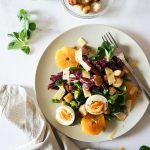 Pisana solata s pečenim brokolijem, krutoni, jajcem in gorčičnim prelivom