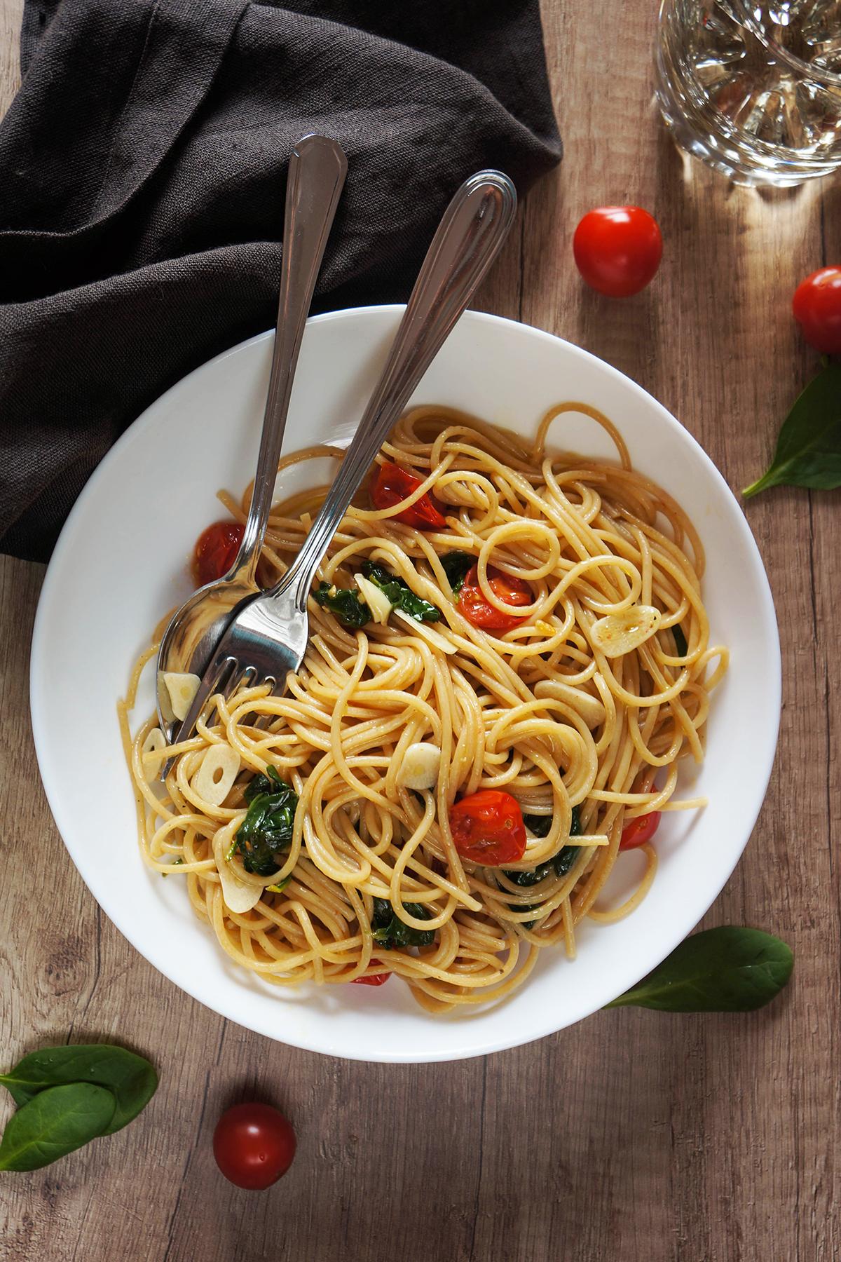Špageti s česnom, paradižnikom in špinačo